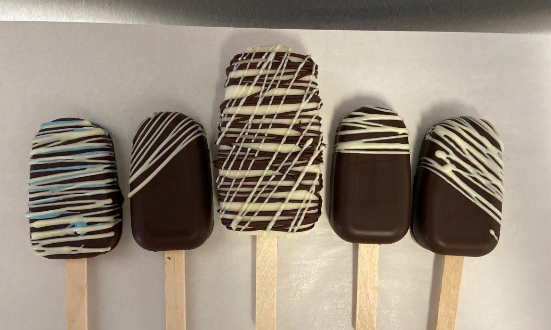 Dark chocolate cakesicles